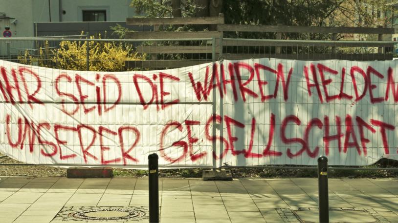 """""""Ihr seid die wahren Helden unserer Gesellschaft"""", steht auf dem Banner, das ein unbekannter Verfasser vor dem Klinikum angebracht hat"""