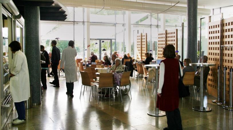 Cafeteria mit Blick auf die Terrasse