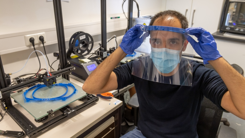Javier Esteban-Vicente stellt Schutzvisiere mit einem 3D-Drucker her