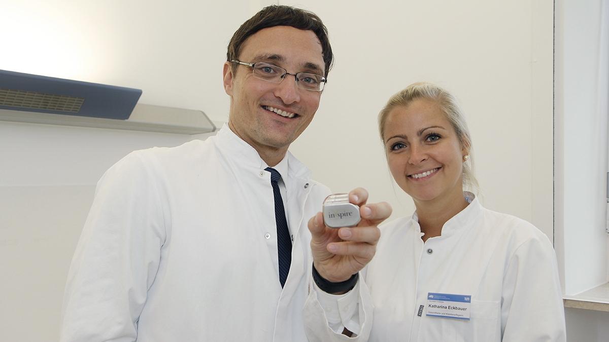 Dr. Clemens Heiser, Leiter des Schlaflabors und Pflegerin Katharina Eckbauer