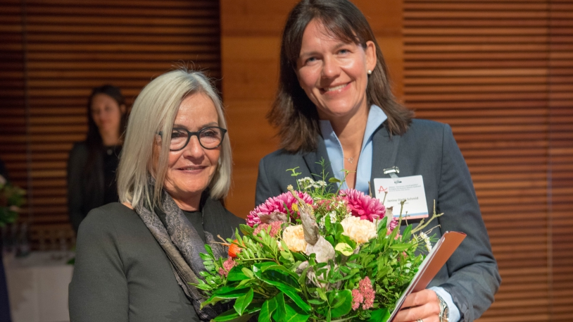 Prof. Diehl-Schmid mit Monika Kaus, der 1. Vorsitzenden der Deutschen Alzheimer Gesellschaft