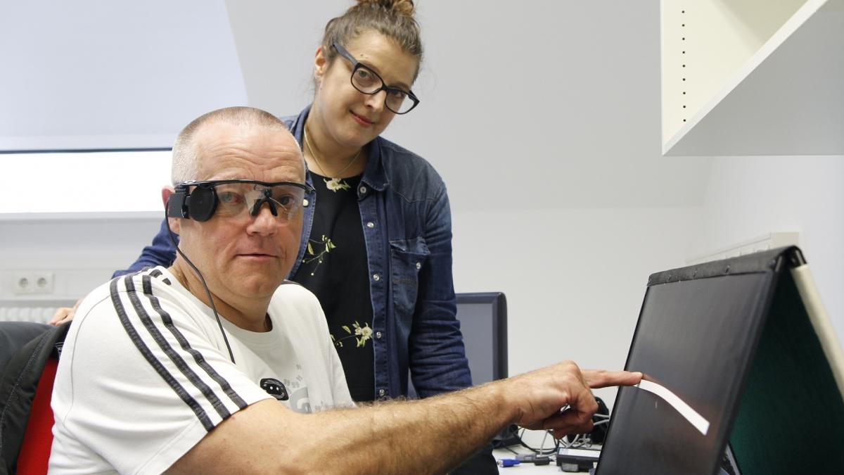 Der Patient und seine Reha-Lehrerin beim Training mit dem neuen System
