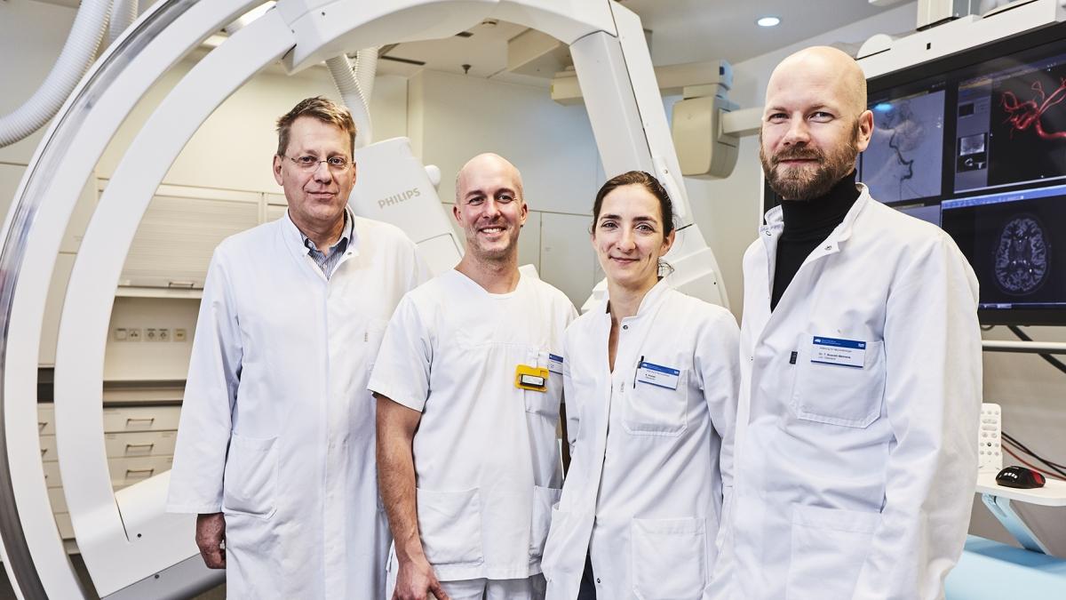 Team der Neuroradiologie mit Angiographie-Anlage