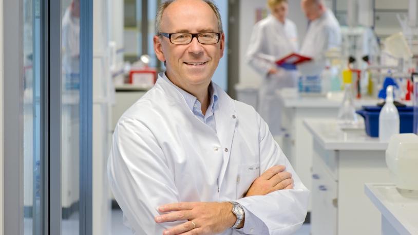 Percy Knolle, Professor für Molekulare Immunologie, untersucht die Ursachen des Leberversagens