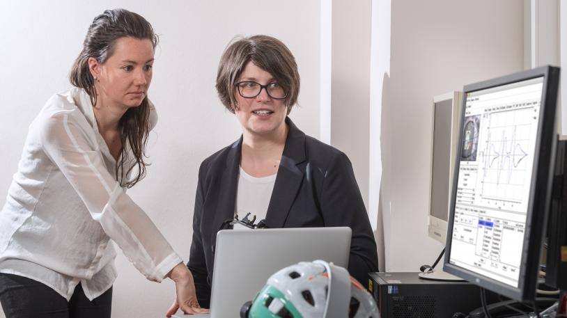 Dr. Cecilia Ramaioli (links) und Prof. Nadine Lehnen diskutieren Messungen der Studie über funktionellen Schwindel und seine Ursachen