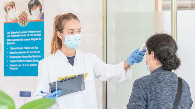 Beim Betreten des Klinikums wird bei allen Besucher*innen kontaktlos die Körpertemperatur gemessen