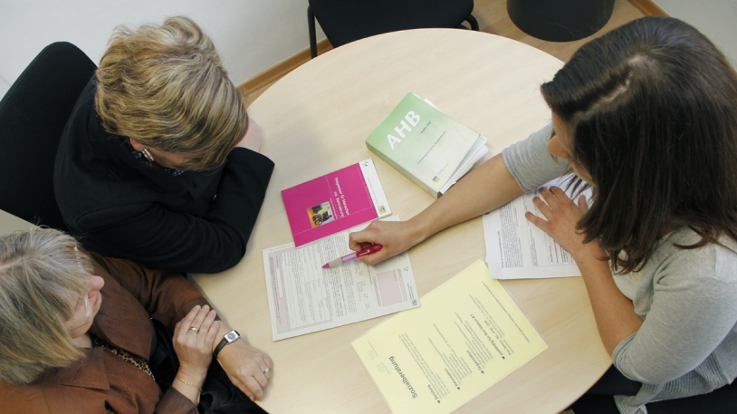 Zwei Frauen beim Beratungsgespräch