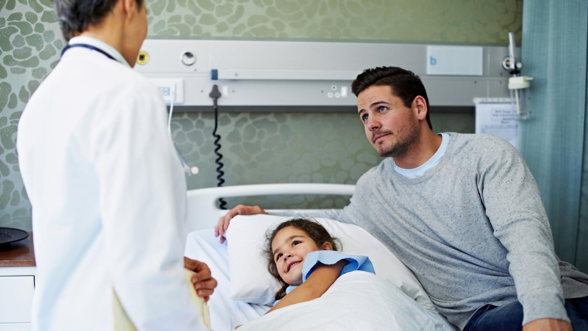 Arzt am Bett einer jungen Patientin