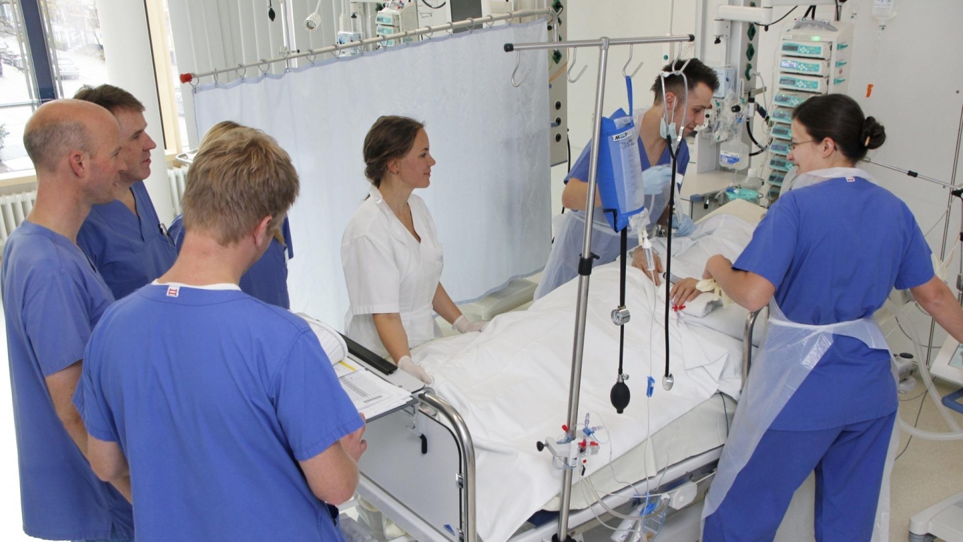 Ärzte und Pfleger am Patientenbett auf der Intensivstation
