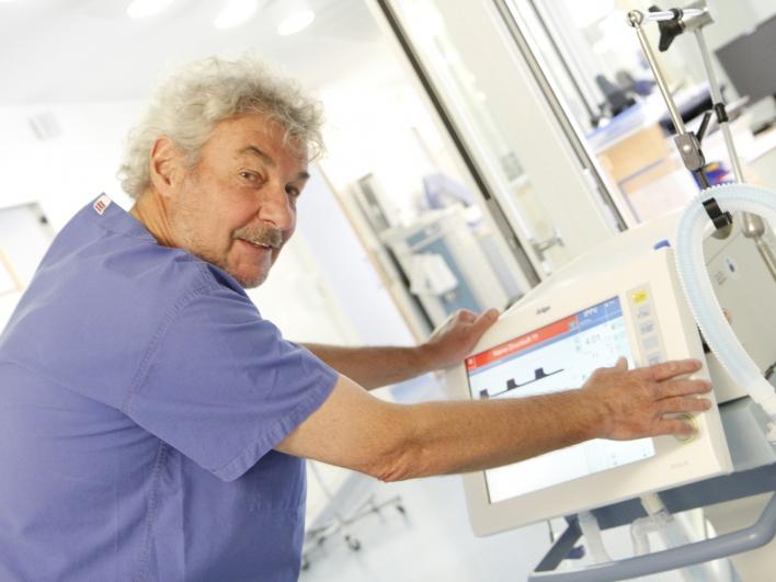 Krankenpfleger auf der Intensivstation