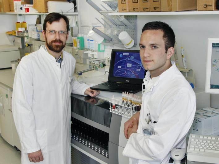 Dr. Hoffman und Dr. Spinner am Laptop