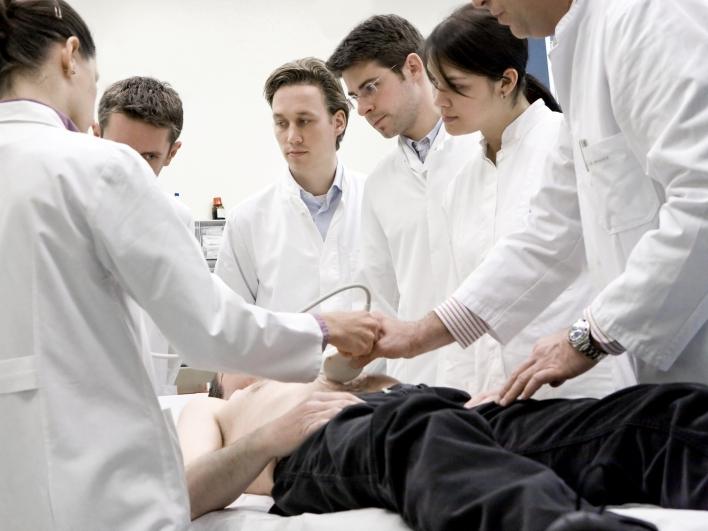 Ärzte bei Bauchsonografgie