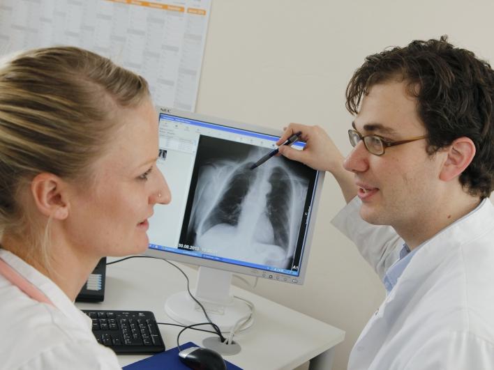 Gespräch vor dem Röntgenbild