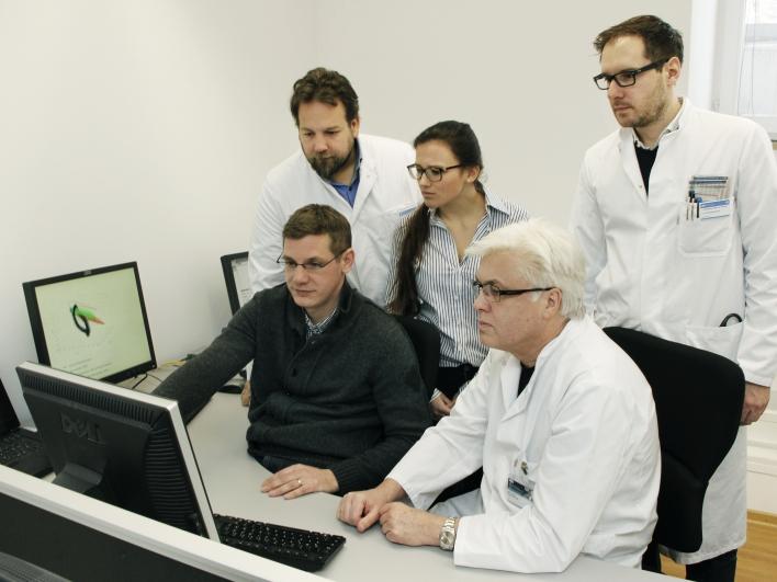 Ärzte vor dem Bildschirm