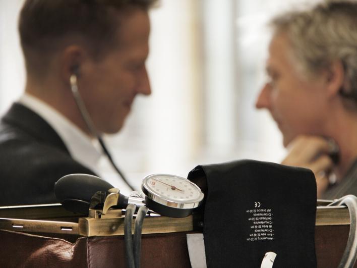 Allgemeinarzt bei der Untersuchung eines Patienten