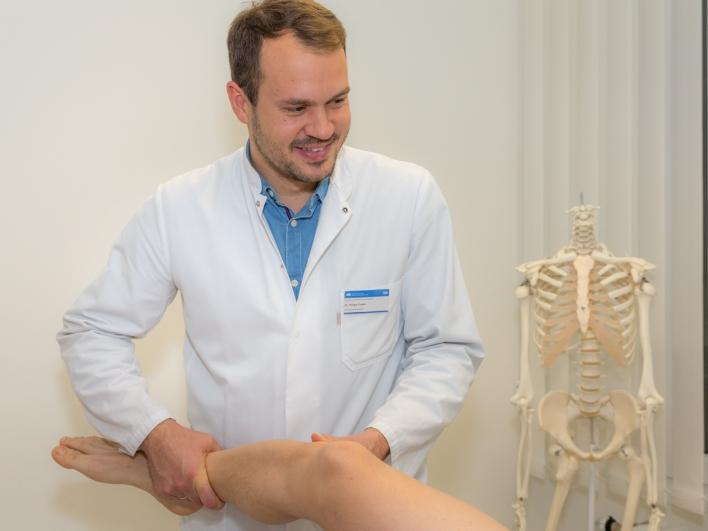 Arzt bei Behandlung