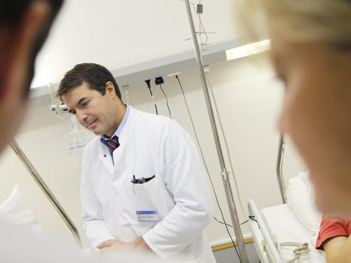 Chefarzt bei der Visite
