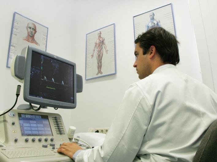Arzt beim Ultraschall