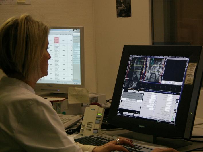 Assistentin in der Radiologie beim Befunden