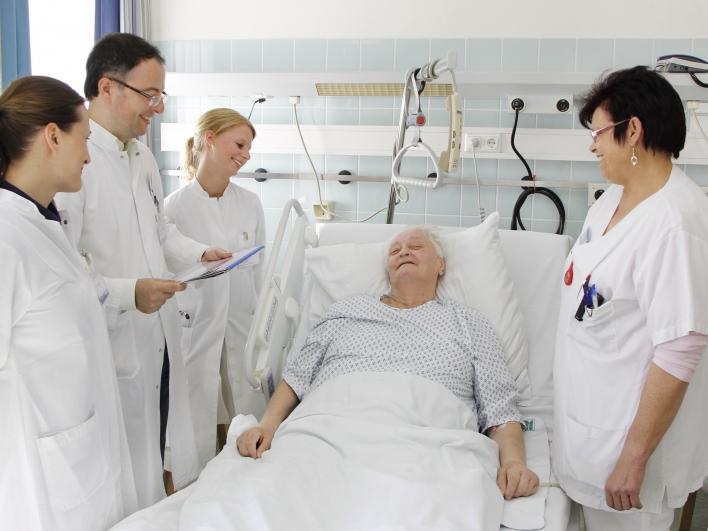 Betreuung am Patientenbett mit Stomaberatung