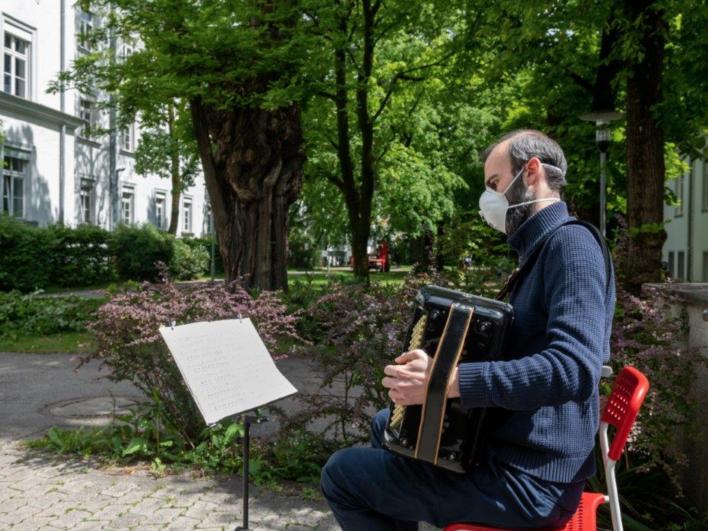 Danke für das kostenlose Openair-Konzert im Klinikgarten, organisiert von den Grünen Damen des Klinikums in Zusammenarbeit mit Live Music Now und Künstler Markos Sevarlic