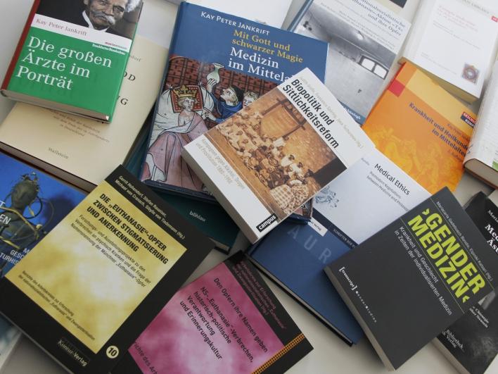 Bücher auf dem Tisch verteilt