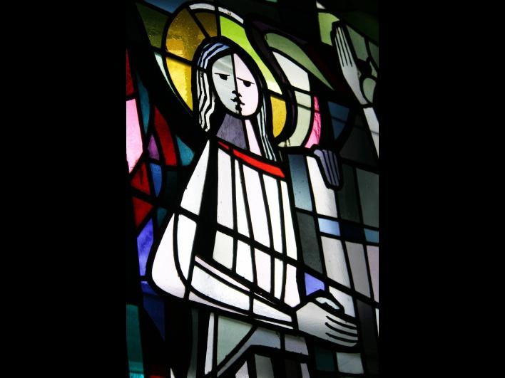 Buntes Glasfenster evangelische Kirche