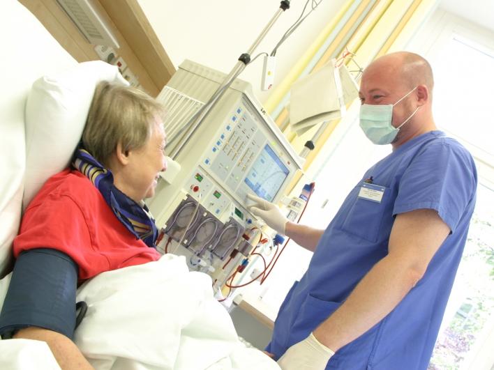 Dialyse-Patientin im Bett mit Pfleger