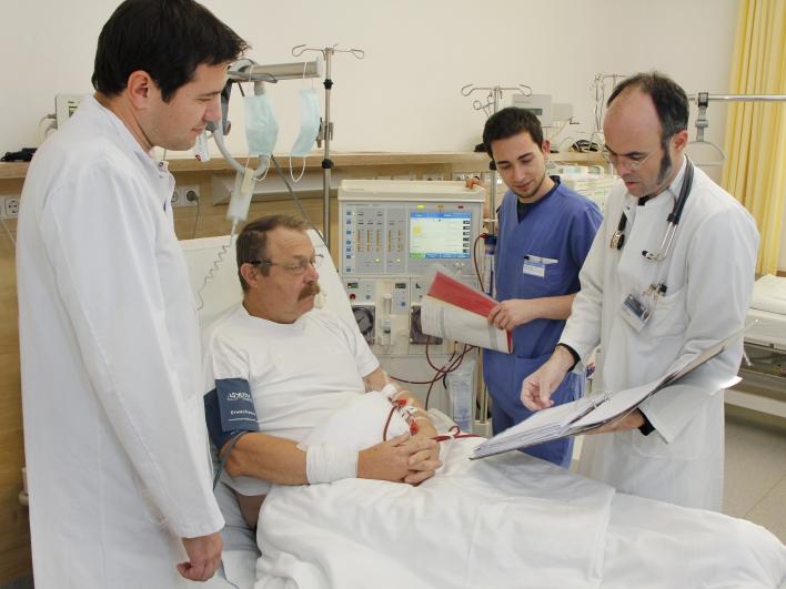 Dialyse Patient mit Ärzten und Pfleger
