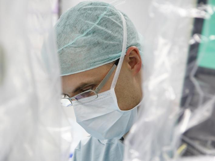 Leitender Oberarzt PD Dr. med. Tobias Maurer im OP