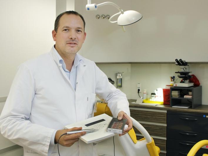 Dr Niemeyer mit Gerät zur Mamillen-Tätowierung
