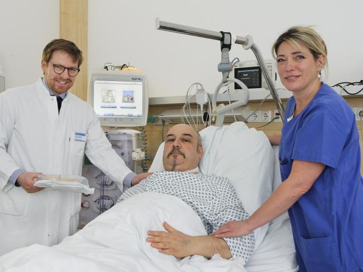 Dr. Schmaderer mit Patient und Krankenschwester