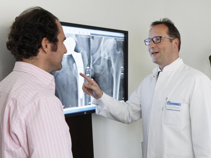 Erklaerung des Patienten mit Roentgenbild