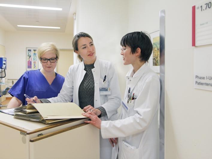 Dr. Lorenzen mit Kollegin und Stationsleitung