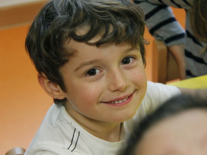 glücklicher junge im kindergarten