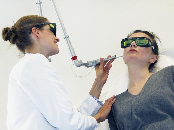Laserbehandlung mit Schutzbrillen