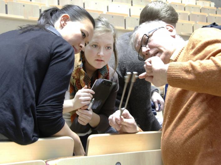 Lehrärzte schulen Medizinstudenten an der Technischen Universität München