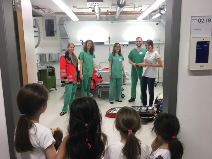 Marsmännchen, oder wie? Die Mädchen staunen über die grüne OP-Kleidung im Simulationszentrum