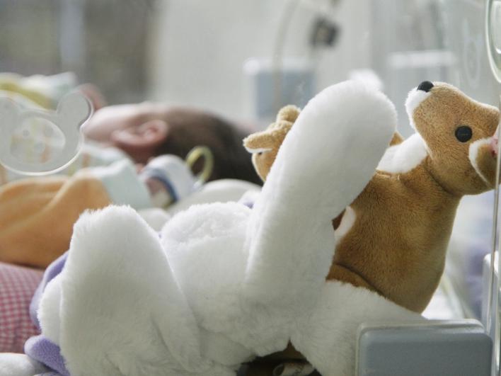 Nahaufnahme Frühchen Neugeborenen Intensivstation