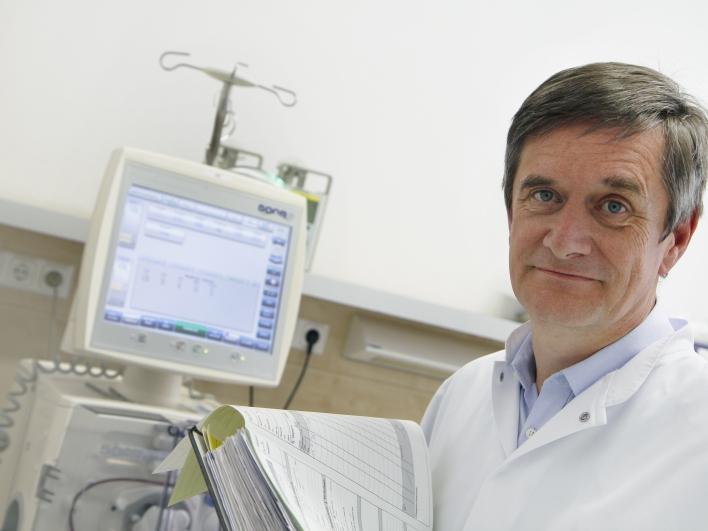 Klinikdirektor Nephrologie Professor Hemann mit Dialysegerät