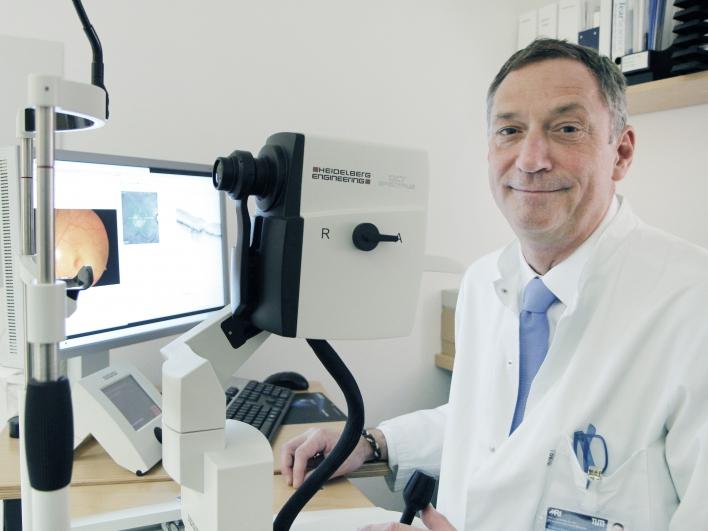 Prof. Lohmann am Untersuchungsgerät