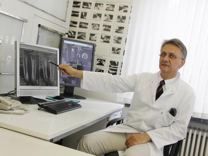 Professor Rechl erklärt Röntgenbilder