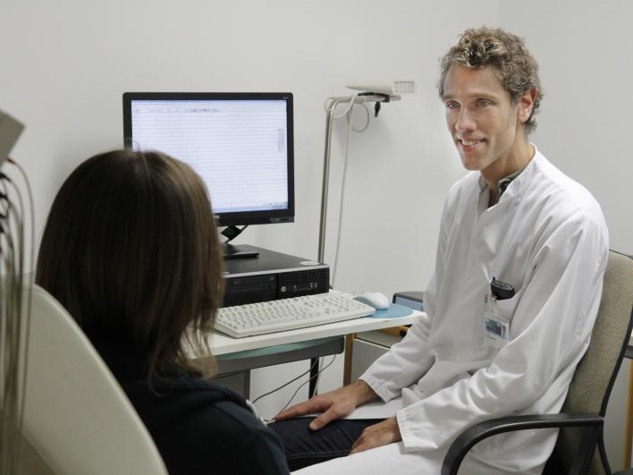 Oberarzt Dr. Schwerthöffer mit Patientin