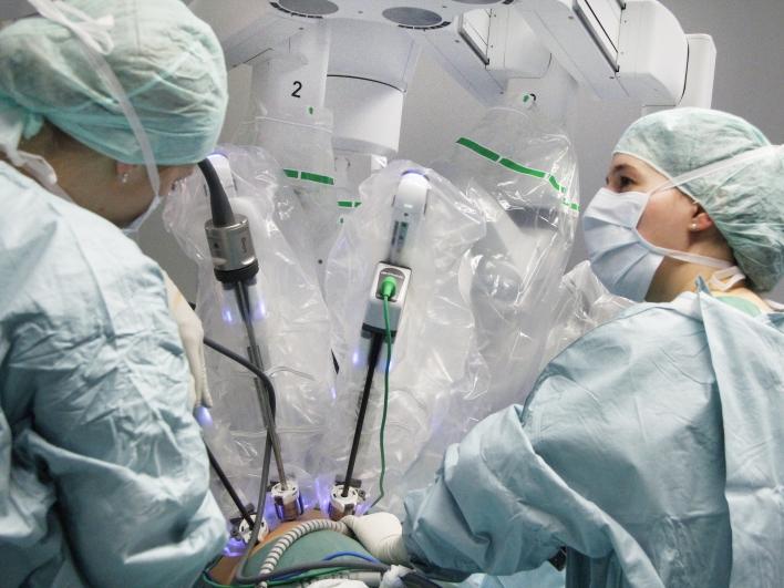 Krankenschwestern bei der roboterassistierten Chirurgie