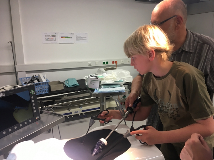 Stefan bei der Gummibärchen-Arthroskopie mit Vater Harald
