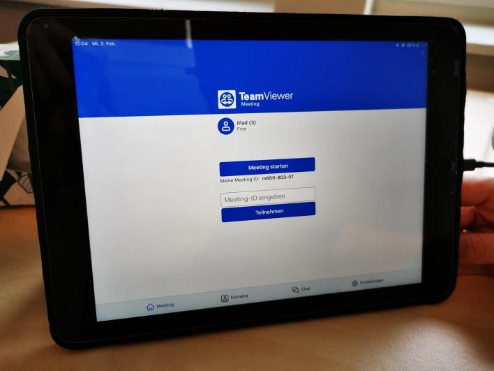 """Laden Sie sich die App """"TeamViewer Meeting"""" im AppStore oder bei Google Play herunter"""