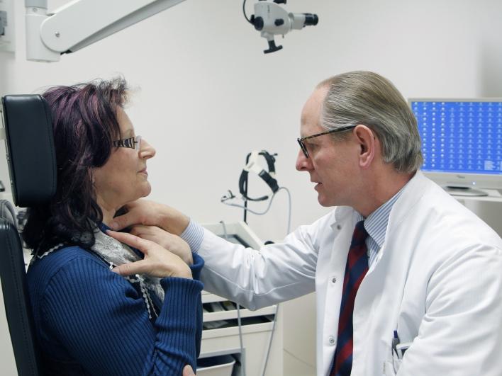 Untersuchung Provox Prothese Prof. Bier mit Patientin