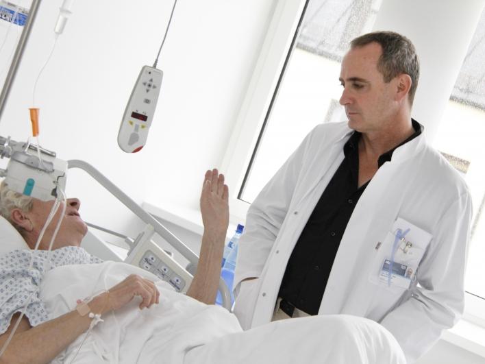 Prof Maier Visite am Bett einer Patientin