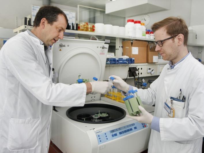 Zwei Ärzte im Labor