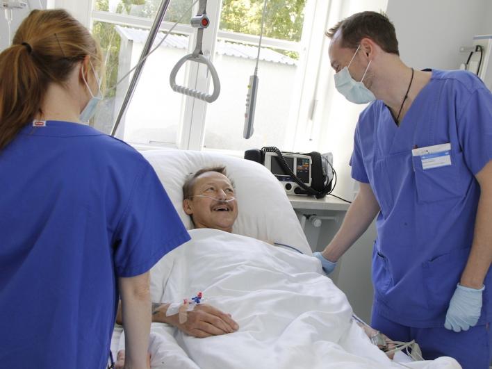 Zwei Pflegekräfte auf der Intensivstation